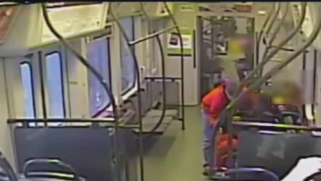 Captan a hombre tirando a mujer discapacitada contra el suelo para robarle