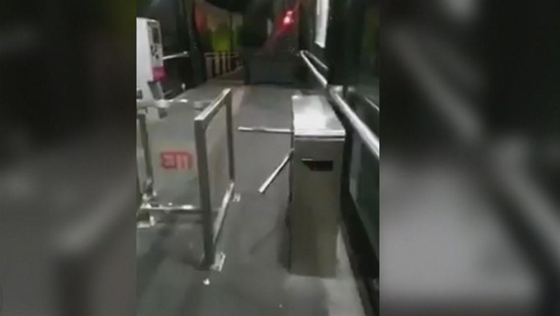 Captan presunto fantasma en estación de Metrobús de México