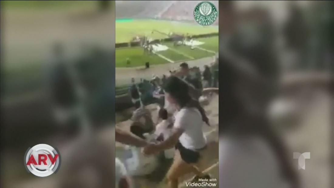 Hinchas de fútbol atacan a mujer que se filtró en tribuna de equipo rival