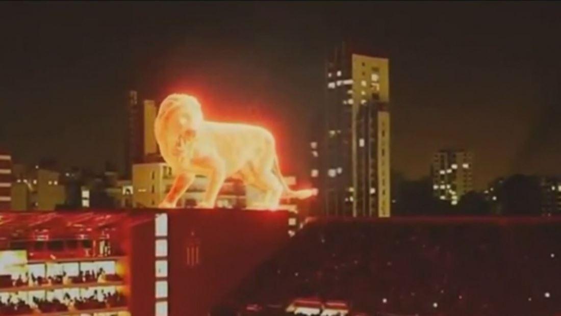 Gigante león de fuego irrumpe estadio de fútbol y causa asombro entre asistentes