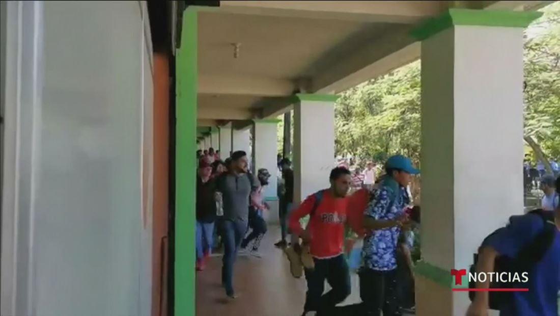 En video: migrantes hondureños rompen la barrera de seguridad en la frontera de Guatemala