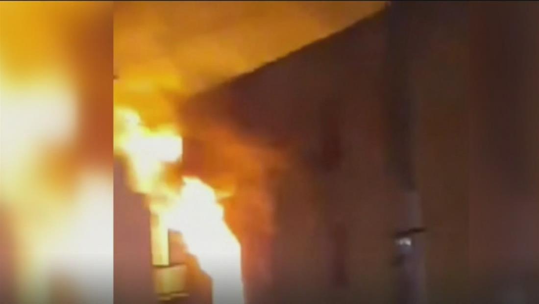""""""" Incendio en edificio de Chicago obligó a residentes a saltar por la ventana"""""""