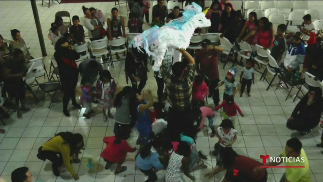 Migrantes celebran la temporada navideña en una posada en la frontera de EE. UU. y México