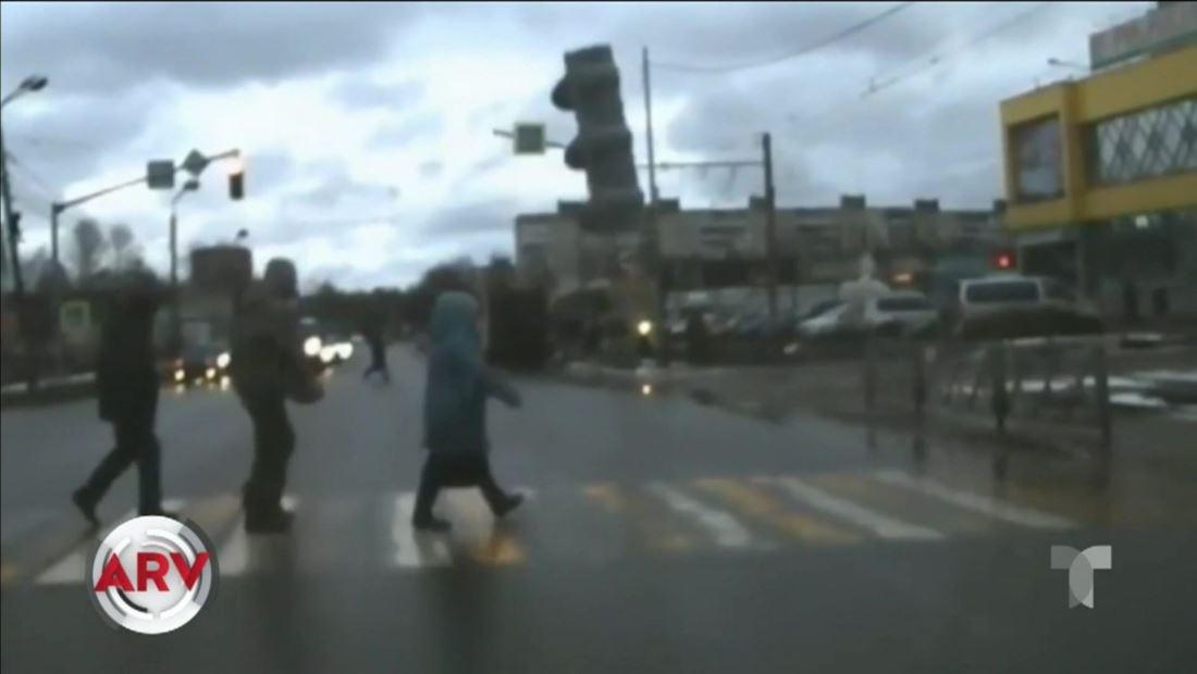 Un semáforo cayó inesperadamente al suelo en Rusia y lo captan en video