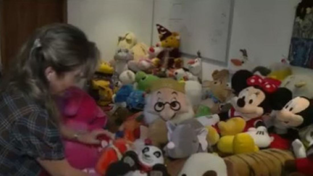 Peluches remendados llevan alegría a niños de bajos recursos en Venezuela