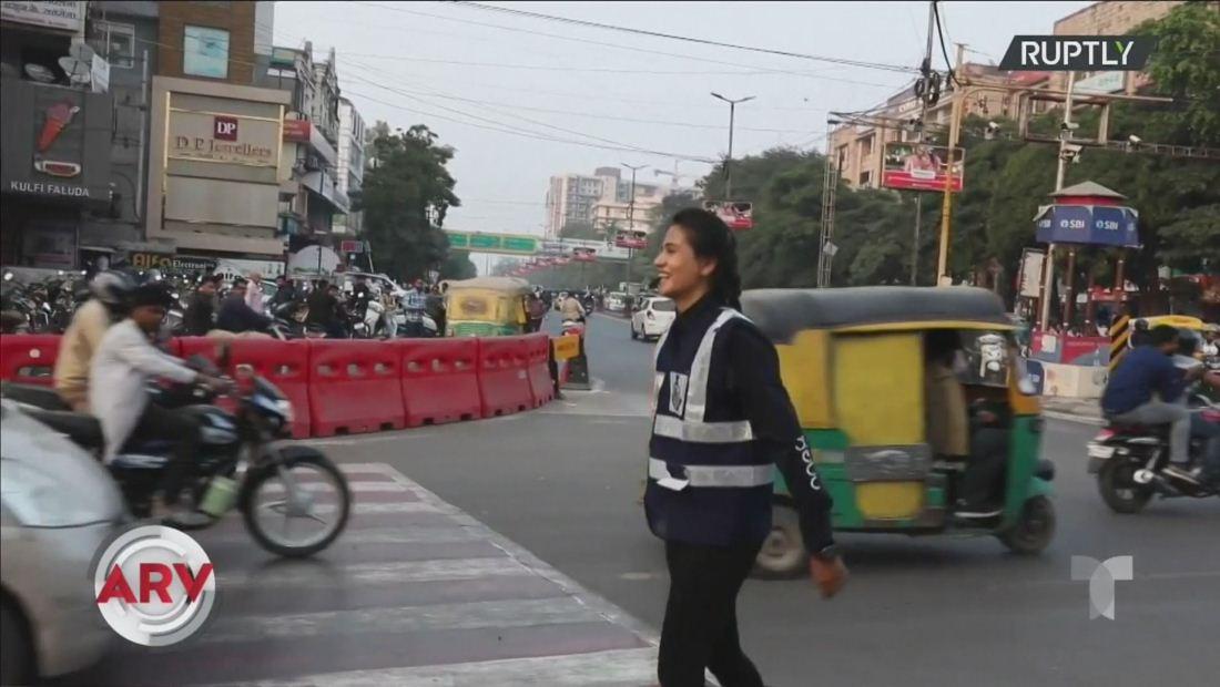 Joven causa sensación dirigiendo el tránsito con un ritmo único