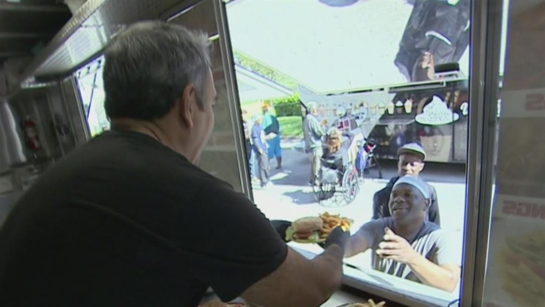 Food trucks' reparten comida a desamparados en el Dia de Acción de Gracias