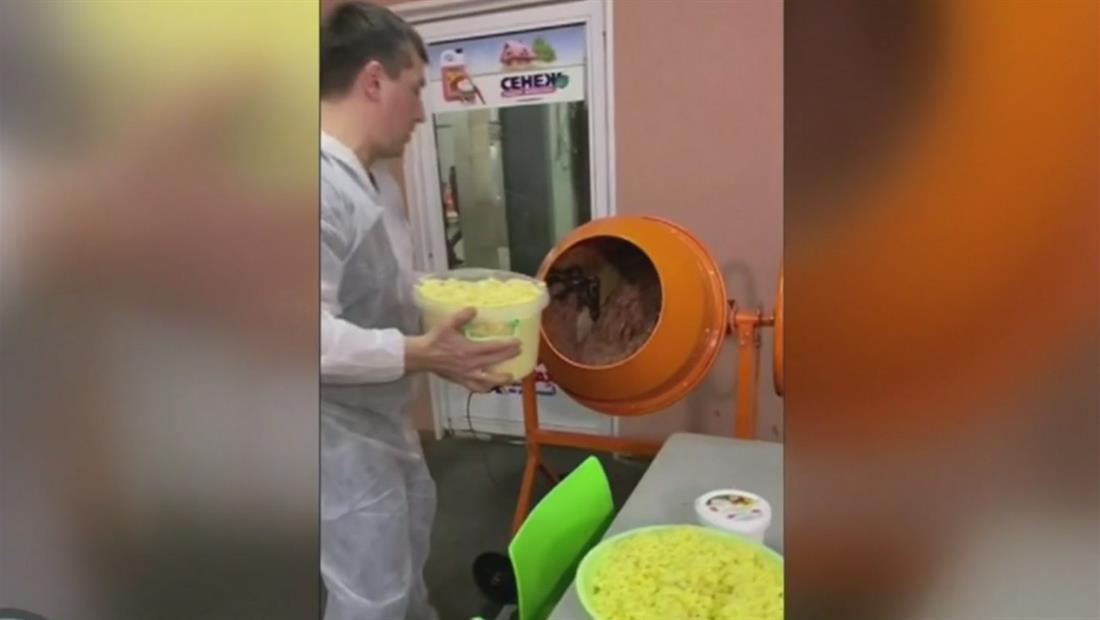 Preparan una ensalada navideña en una mezcladora de cemento