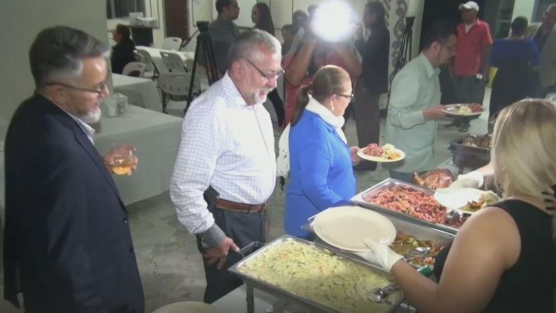 Migrantes deportados a El Salvador celebraron el Día de Acción de Gracias igual que lo hacían en EE. UU.