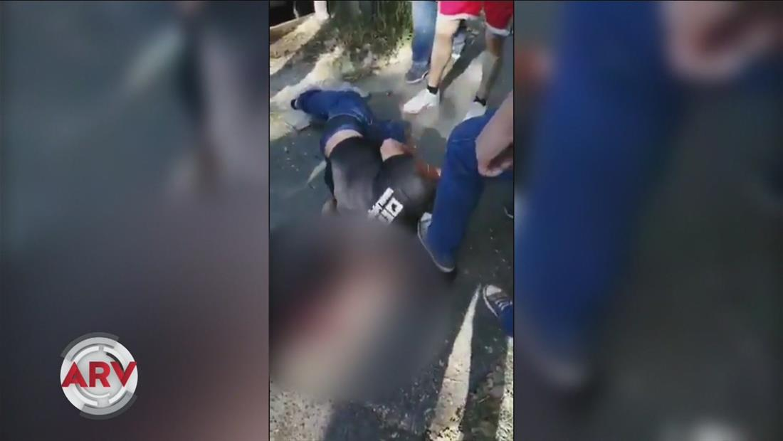 Vecinos golpean brutalmente a un ladrón y lo dejan tirado en su propia sangre