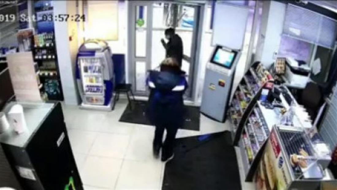 En video: Empleada ahuyenta a ladrón con un trapeador