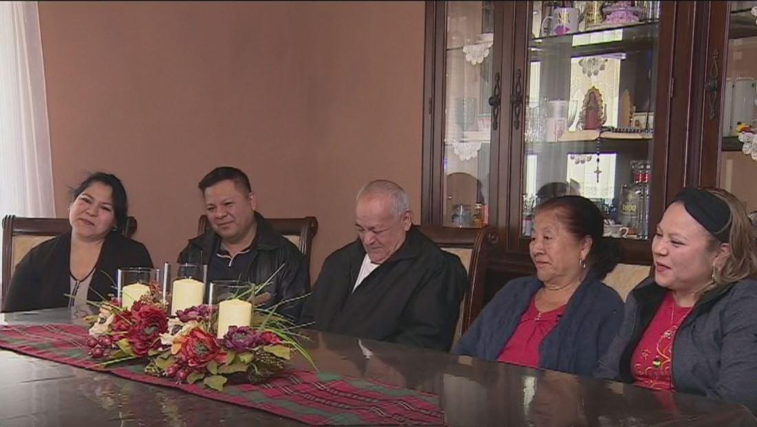 El mejor regalo de Navidad: inmigrantes mexicanos reciben a sus padres tras 20 años separados