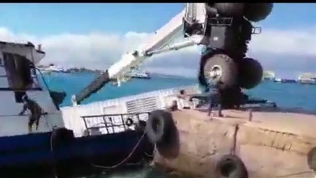 Una grúa hunde una embarcación llena de combustible en las Islas Galápagos