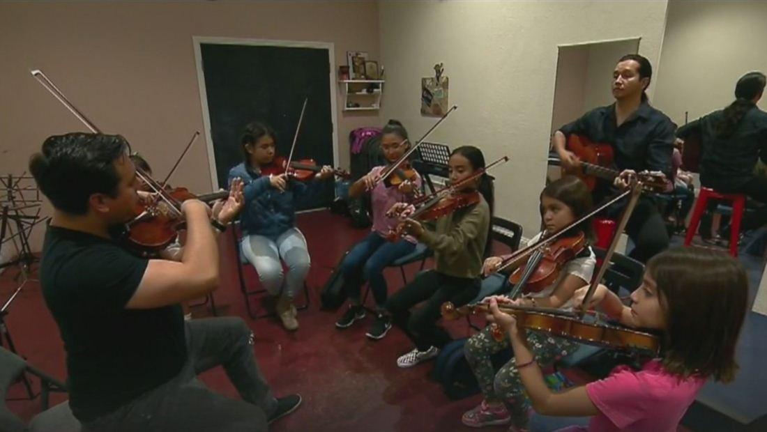 Dreamer crea una escuela de música para niños, pero ahora teme perder su sueño por el fin de DACA