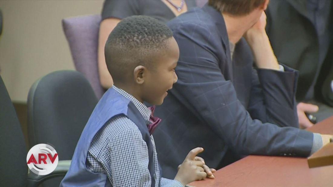 Niño invita a sus compañeros de escuela a su audiencia de adopción