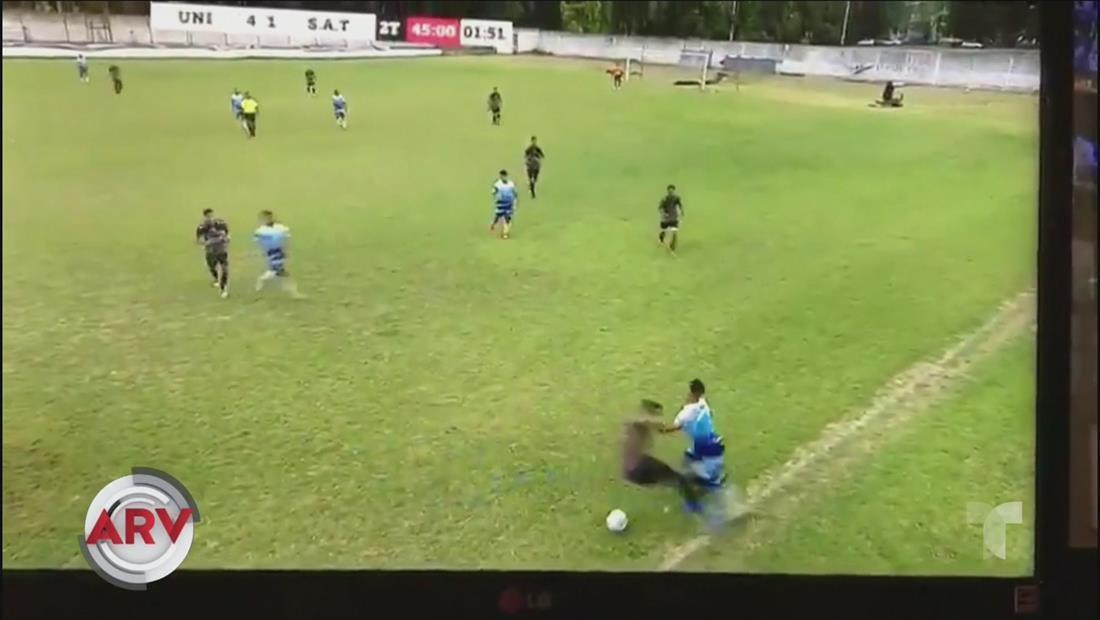 Futbolistas se enfrentan a puños y patadas en pleno partido en Argentina