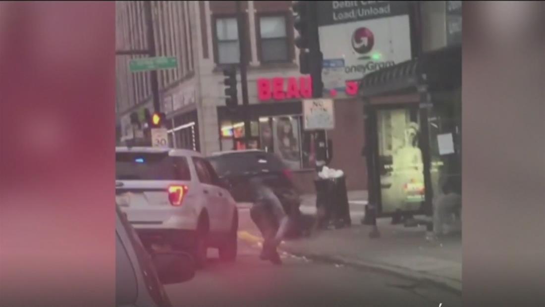 En video: Policía lanza contra el suelo y golpea a hombre que presuntamente le escupió