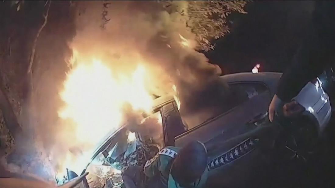 Captan el impresionante rescate de un hombre atrapado en un auto entre llamas