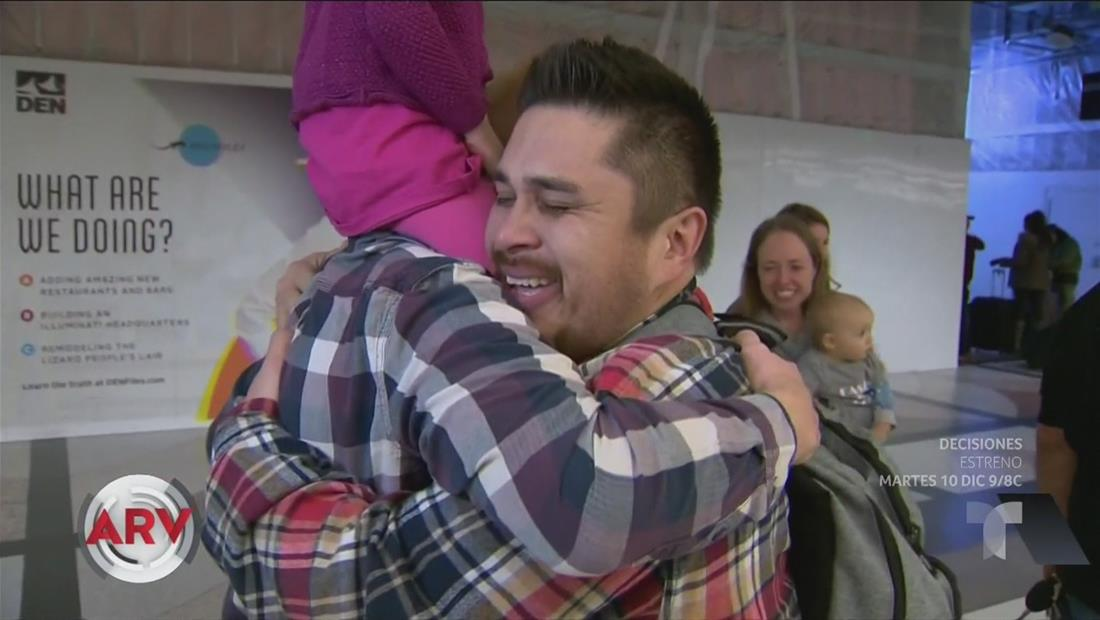 Hombre conoce por primera vez a su familia en Acción de Gracias