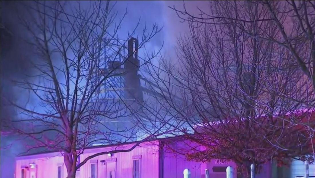 Suspenden servicios de una línea de metro tras enorme incendio que consumió a cinco edificios en un barrio de Nueva Jersey