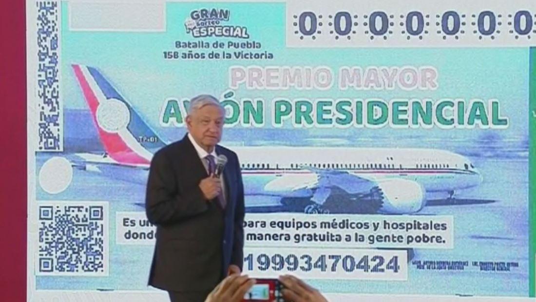 AMLO presenta boleto de rifa para el avión presidencial mexicano