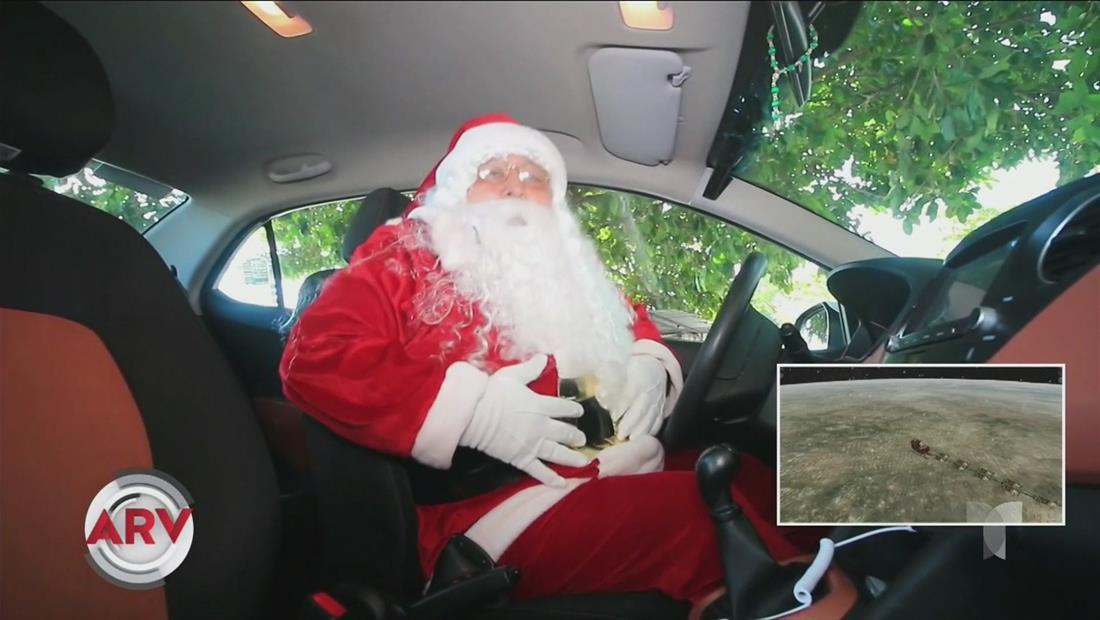 Santa Claus convierte su trineo en un taxi para la repartición de regalos