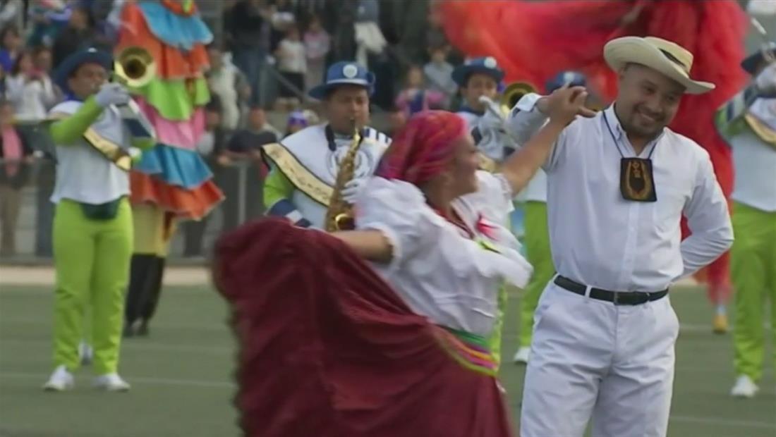 Salvadoreños aprovechan el tradicional Desfile de las Rosas para un reencuentro familiar