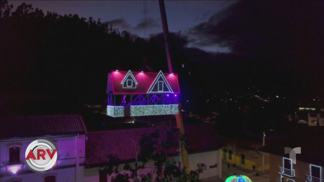Casa flotante de Papa Noel causa sensación en Colombia