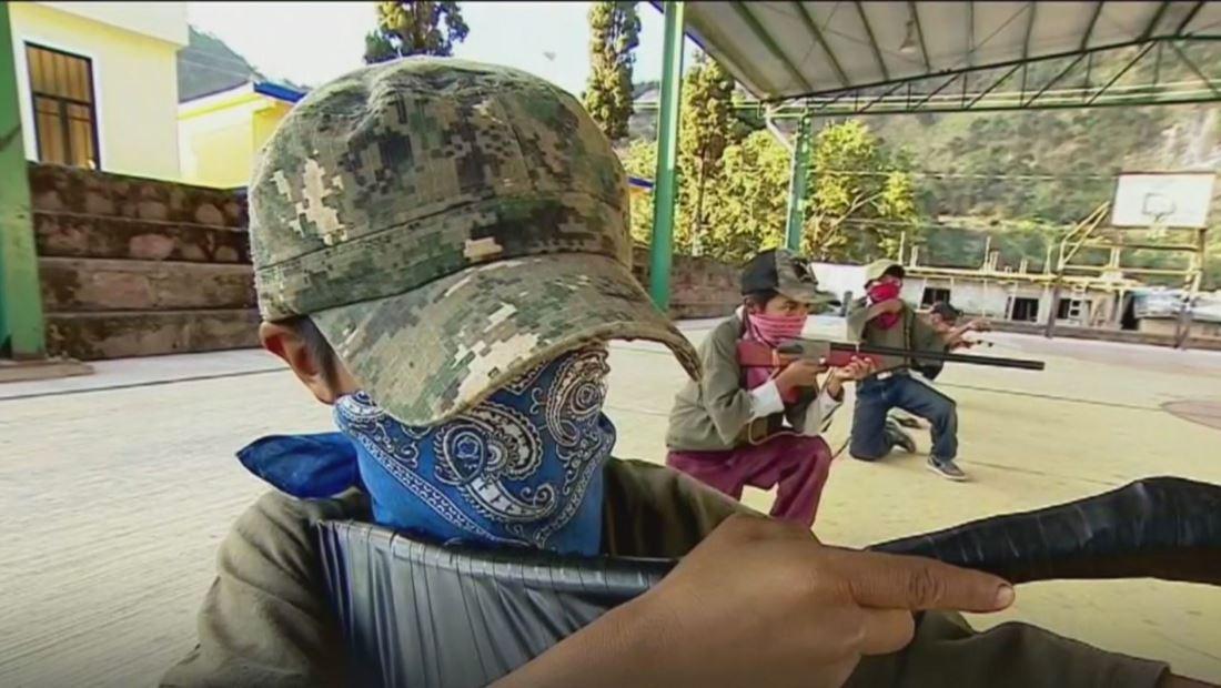 """""""Nos preparamos para defender la familia"""". Niños de Guerrero se entrenan con armas pero no buscan convertirse en sicarios"""