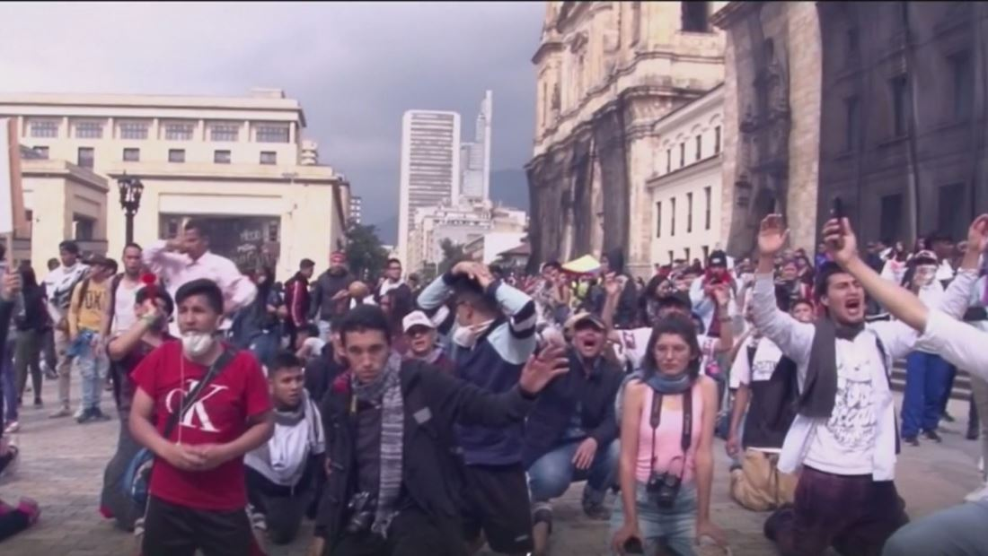 Las protestas en Colombia se tornan violentas con un ataque de bombas que dejó a 3 policías muertos y 7 heridos