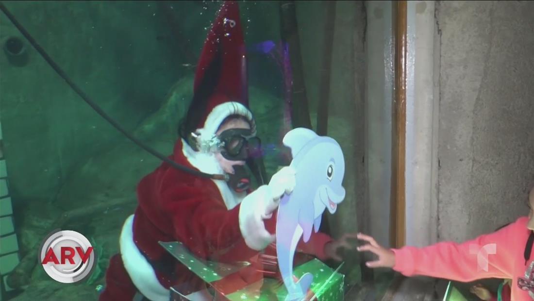 Señora Claus reparte sonrisas y entrega regalos bajo agua