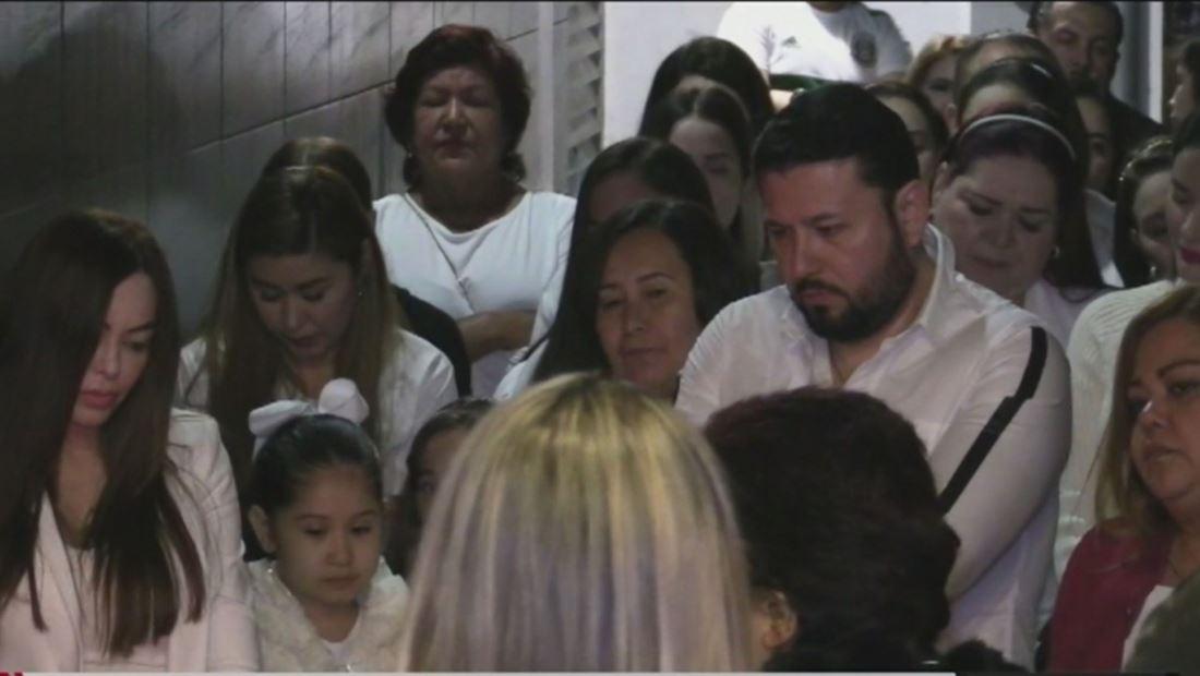 Famosos al Rojo Vivo: Acompañan a Roberto Tapia  a rezar por su madre y logran lo inimaginable