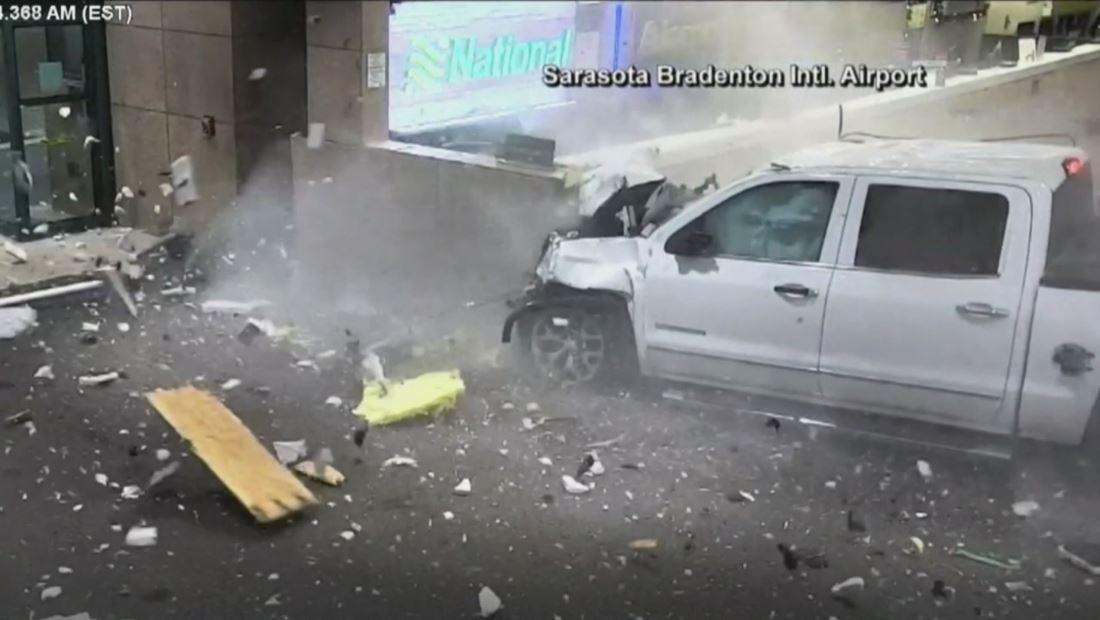 En video: Camioneta se estrelló contra el mostrador de un aeropuerto en Florida