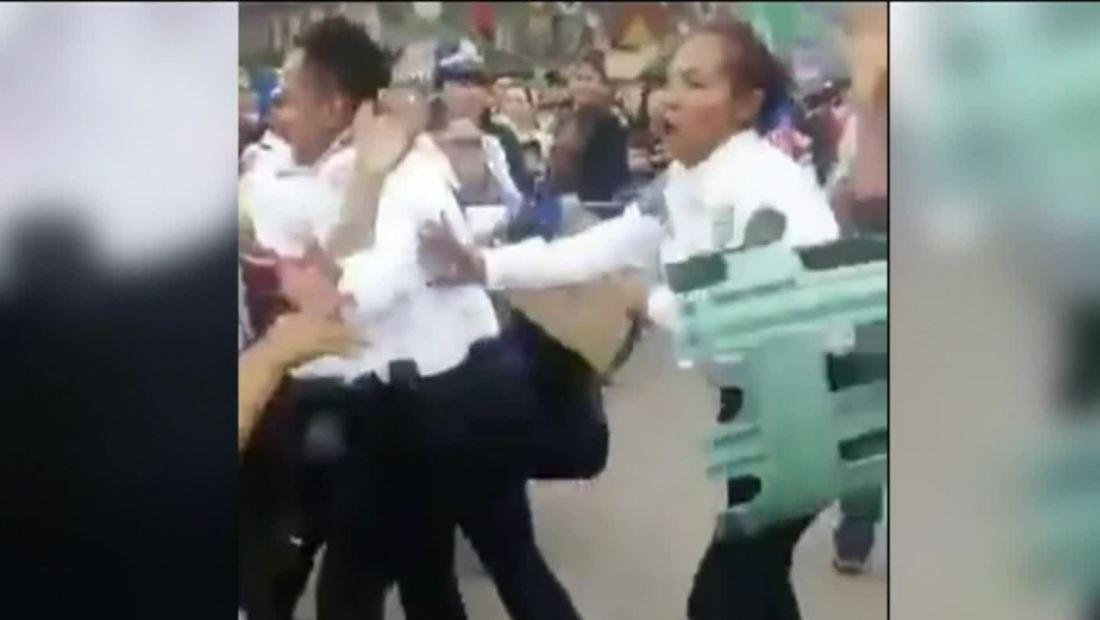 Video muestra batalla campal entre policías y vendedores en México