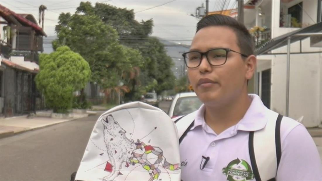 Crean mochilas con material publicitario para ayudar a niños de bajos recursos
