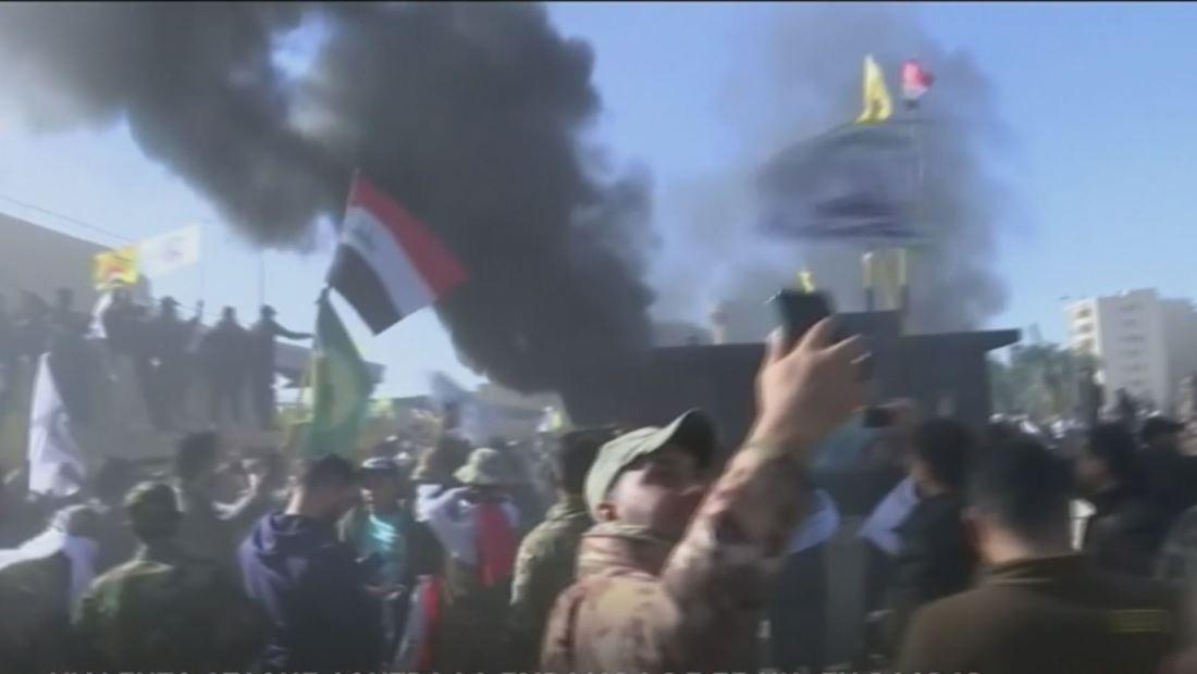 """""""Abajo Estados Unidos"""", gritaban manifestantes que atacaron la embajada en Bagdad"""