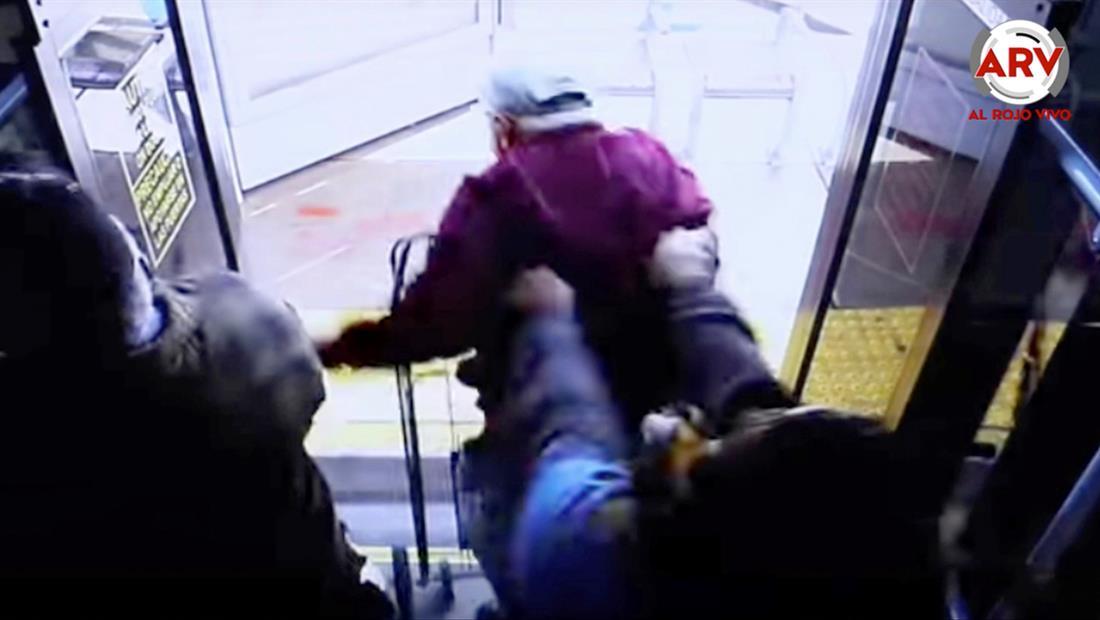 Empujan a anciano desde autobús y cae de cabeza con un trágico desenlace