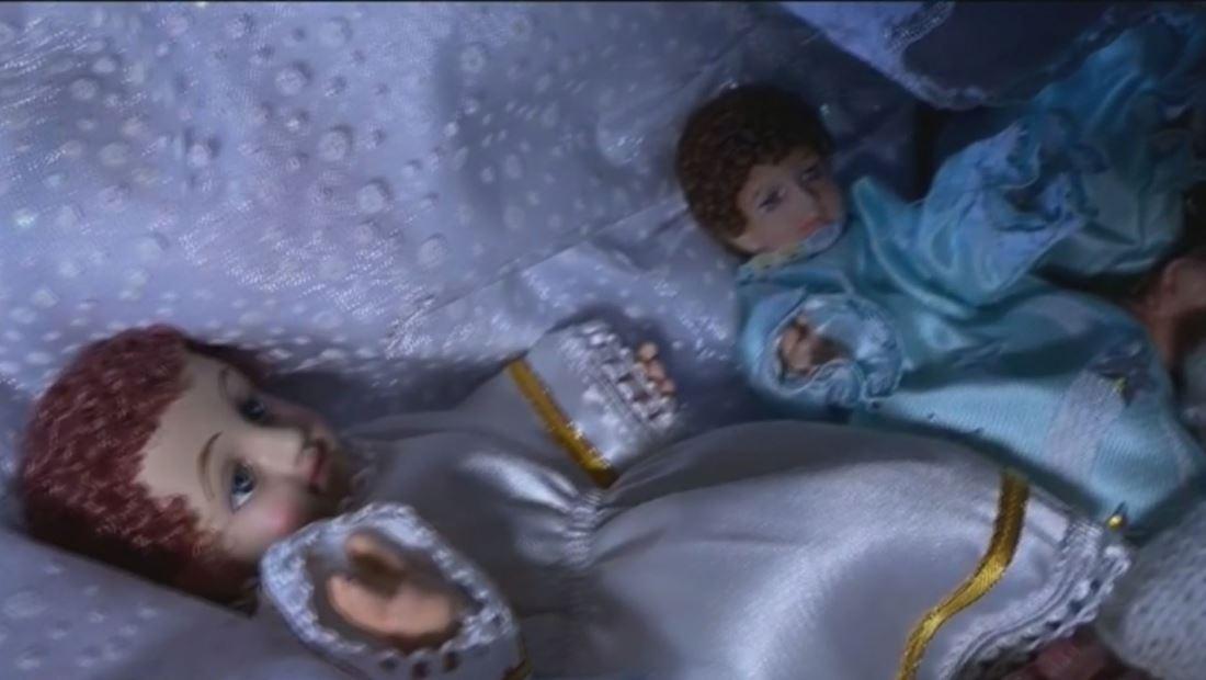 Familias celebran el Día de Reyes cambiándole la ropa al niño Jesús