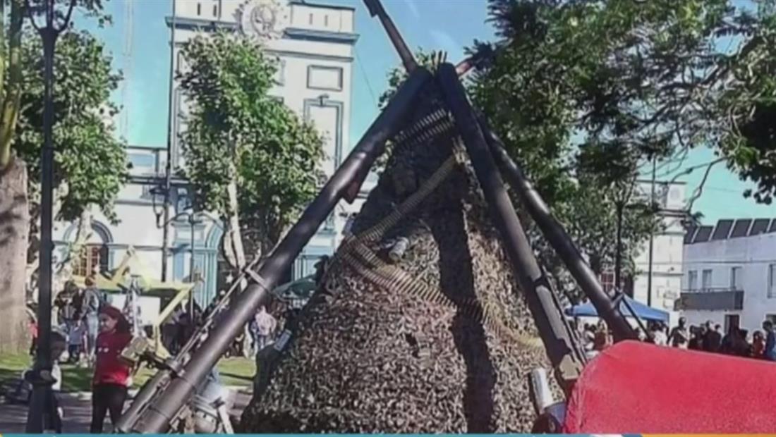 Militares causan tremenda polémica con un árbol hecho de armas y municiones