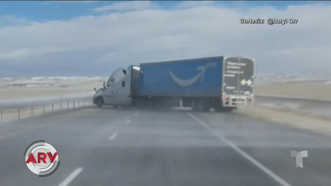 Ráfaga de viento arrastra un camión de Amazon
