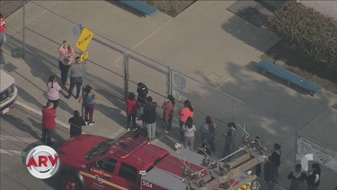 Avión en Los Ángeles derrama combustible en patio de una escuela