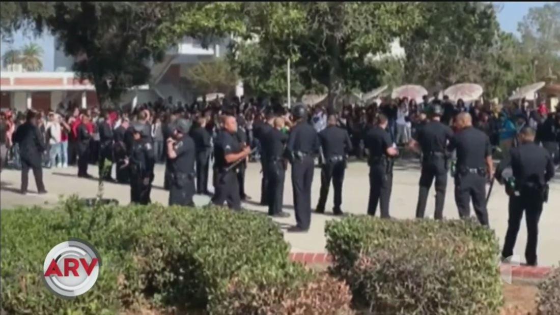Policías irrumpen en violentas peleas simultáneas en escuela secundaria
