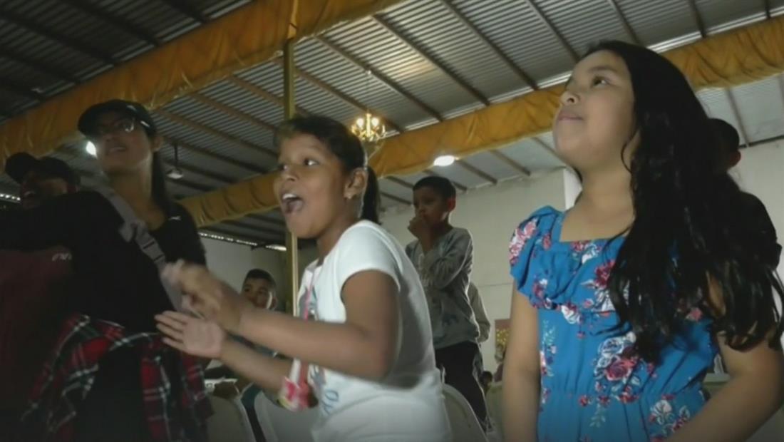 Voluntarios llevan juguetes y piñatas a niños migrantes que viven en un albergue en Tijuana