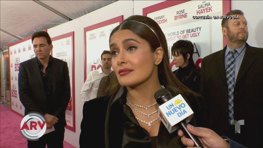 """Salma Hayek responde con mucho humor a críticas por mostrar """"demás"""""""