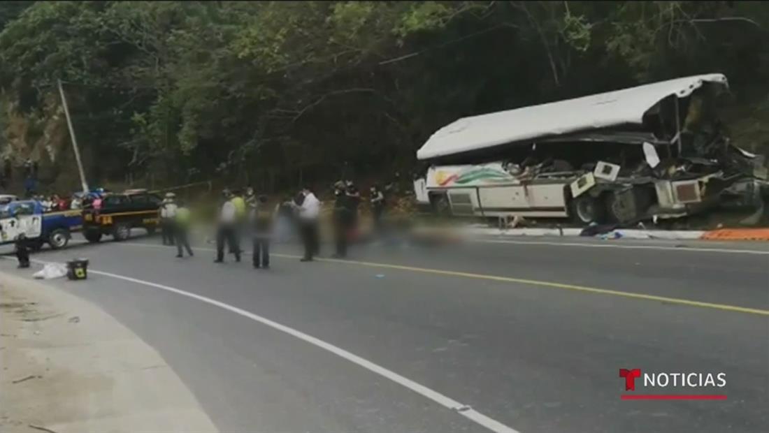 Mueren al menos 21 personas en choque vehicular en Guatemala