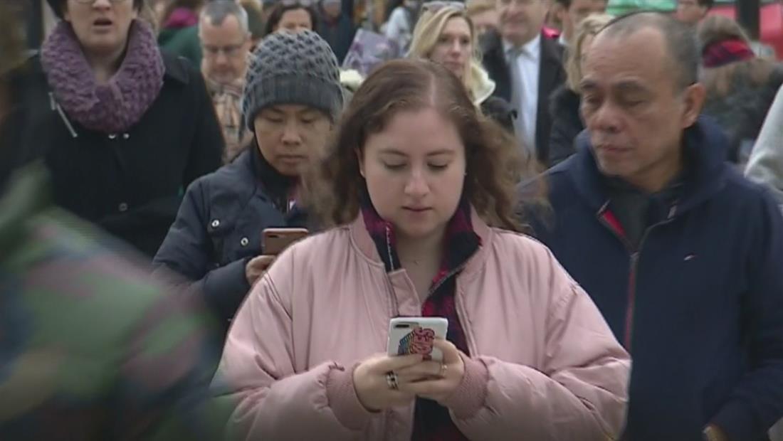 Nuevo estudio revela los peligros de caminar y escribir en el celular