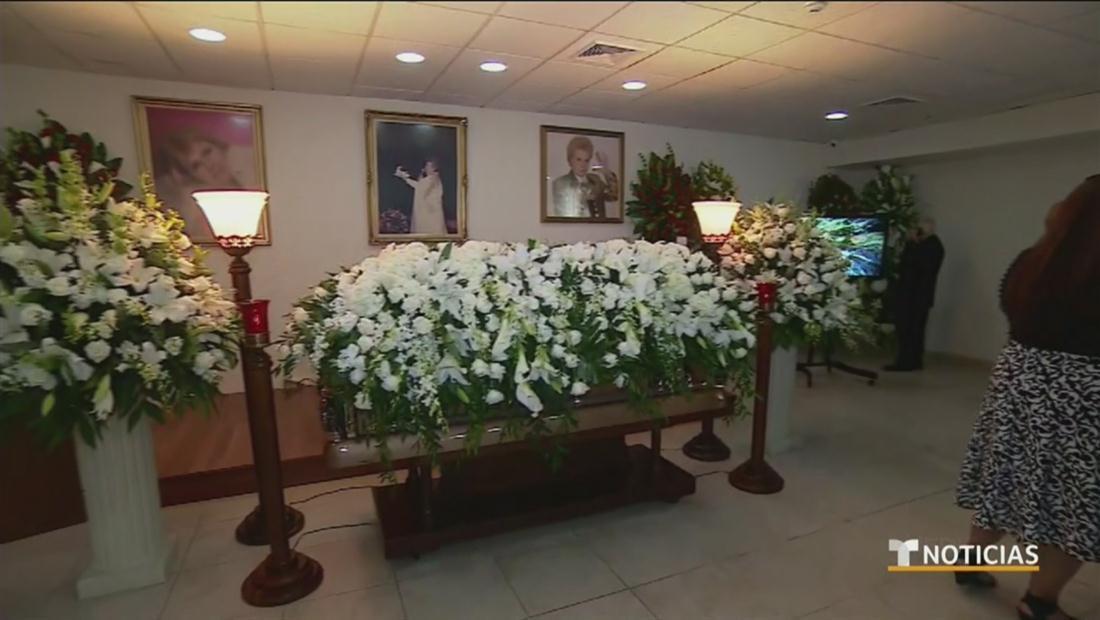 Rodeado de sus seguidores, flores y una capa morada: así se despide Puerto Rico de Walter Mercado