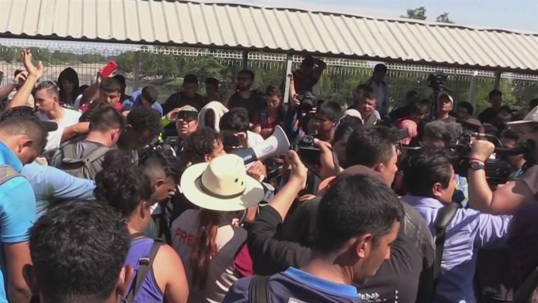Caravana de migrantes intenta cruzar por el río a territorio mexicano