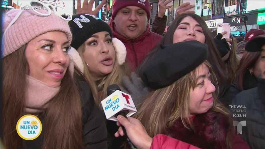 Fanáticos en Nueva York usan pañales para recibir el 2020