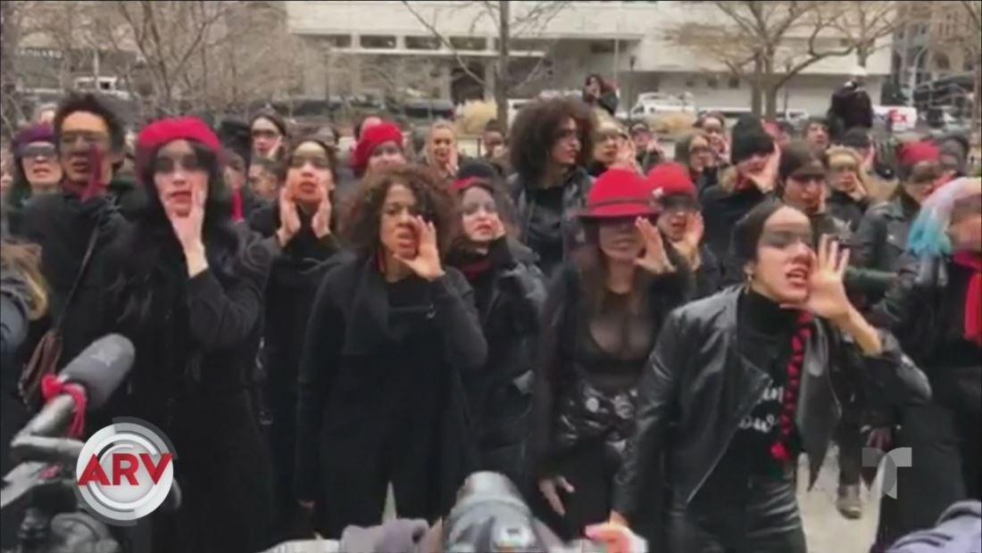Decenas de mujeres cantan himno feminista frente a tribunal en Nueva York